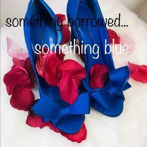 Delightfully royal blue bow heels 👰🏼💐